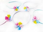 Vincha forrada 0.5 cm con flor 5 petalos multicolor liso