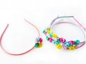Vincha forrada 0.5 cm con flor multicolor chica y 1/2 perla