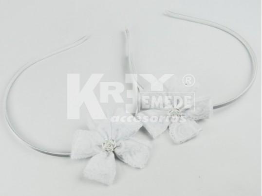 Vincha con flor de cinta y puntilla