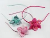 Vincha con flor de cinta con coronas y lisa